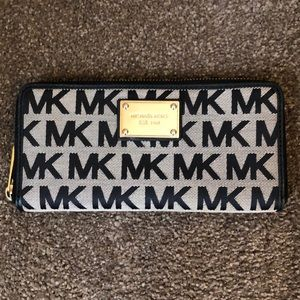 Authentic Michael Kors Jet Set Wallet Beige Black